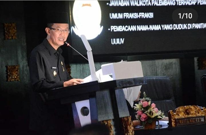 Walikota Palembang menyampaikan pandangan umumnya ke fraksi-fraksi DPRD Kota Palembang pada acara Paripurna ke-3, berlangsung di Gedung DPRD Kota Palembang, Senin (20/01/20).