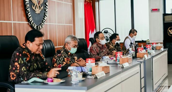 Mahfud MD memimpin rapat analisa dan evaluasi tahapan Pilkada Serentak di Kantor Kemenko Polhukam Jakarta, Senin (23/11).