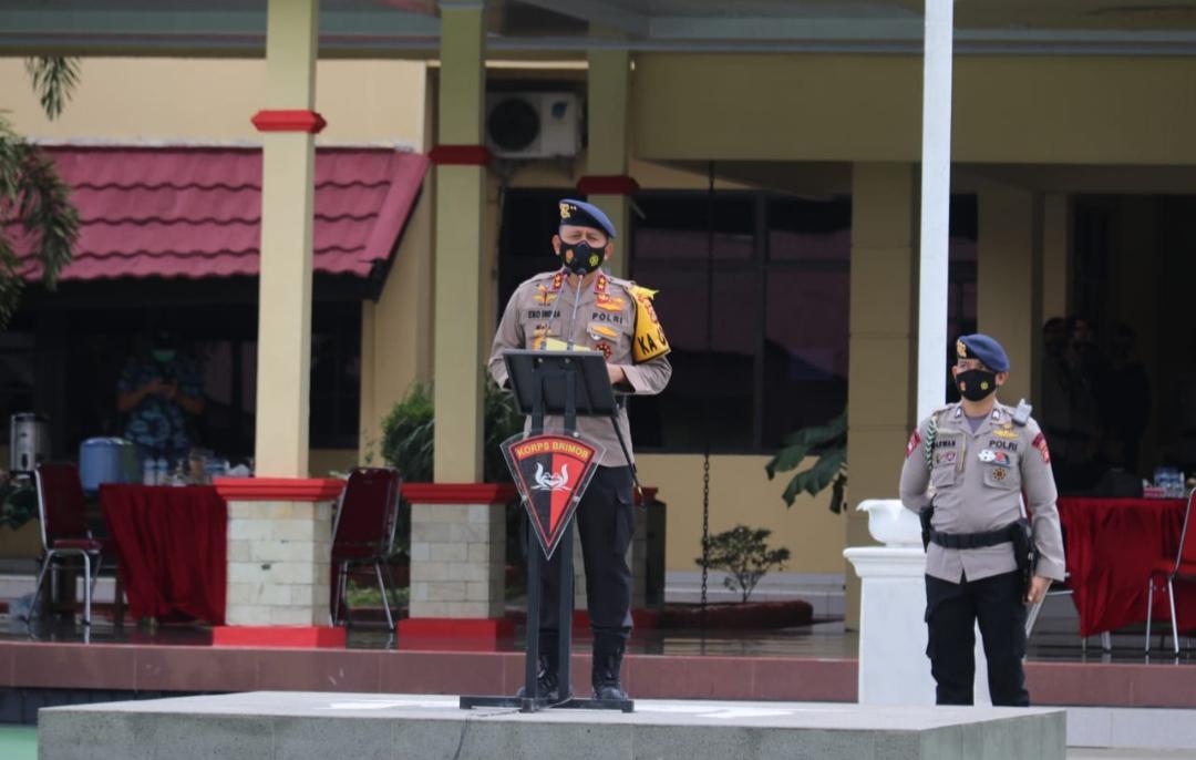 Kapolda Sumsel Irjen Pol Prof Dr Eko Indra Heri S MM pimpin langsung apel pemberangkatan 1 SSK (100 personil) Satuan Brimob Polda Sumsel (Satbrimob) yang akan menuju BKO Polda Jambi, yang dilaksanakan di Mako Satbrimob Polda Sumsel, Minggu (06/12/2020).