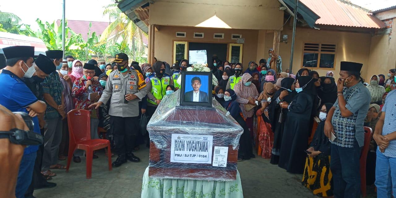 Isak Tangis Keluarga Pecah saat Jenazah Rion Yogatama (Korban Kecelakaan Sriwijaya Air SJ 182) Tiba