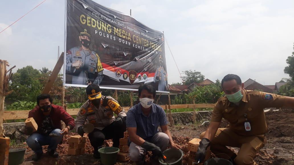 Kapolres OKI, AKBP Alamsyah Pelupessy saat melakukan peletakan batu pertama pembangunan gedung media center presisi Polres OKI, di halaman mapolres OKI, Senin (15/2/2021).