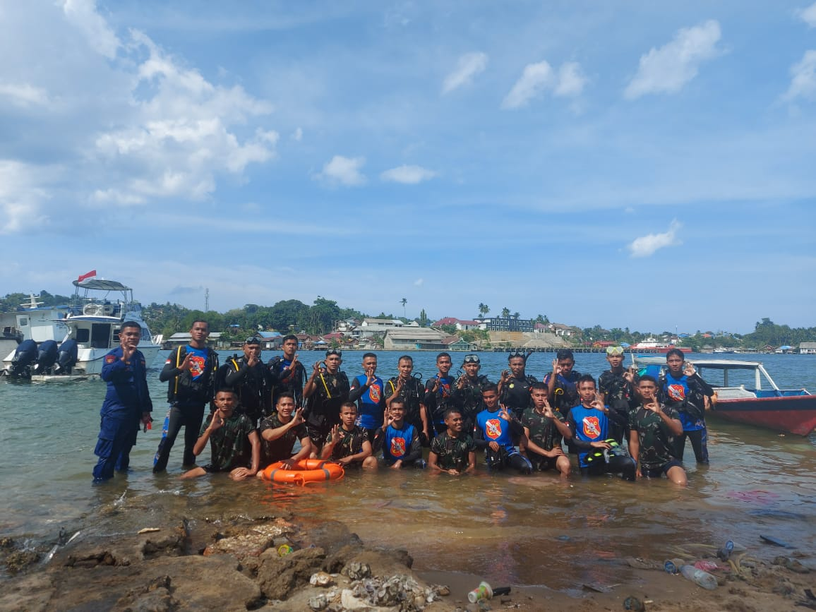 Bertempat di Mako Direktorat Polisi Perairan dan Udara (Dit Polairud) Polda Sulawesi Tenggara (Sultra), anggota Batalyon Infanteri (Yonif) 725/Woroagi yang dipimpin Letda Inf Ghani Akbar mengikuti Pelatihan Search And Rescue (SAR) gabungan TNI-Polri, Kamis, (18/2/2021).