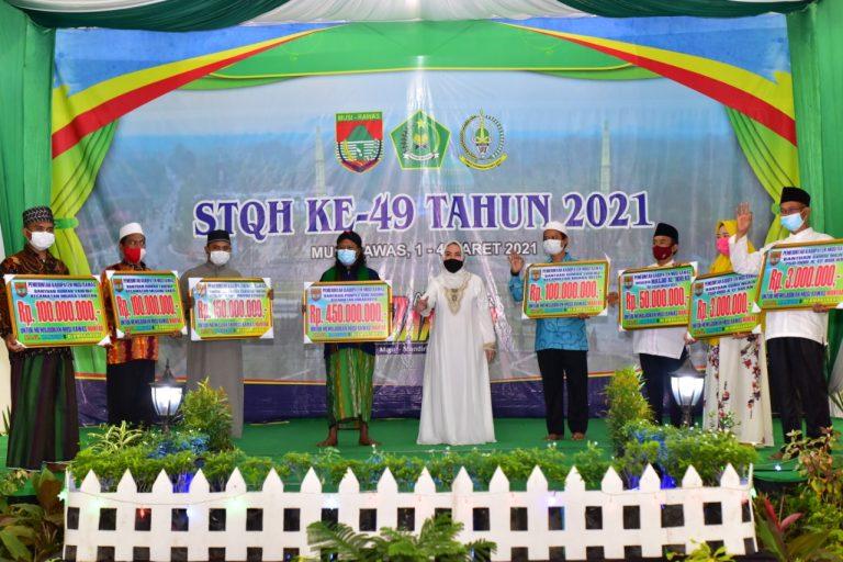 Penutupan kegiatan Seleksi Tilawatil Qur'an dan Haditz (STQH) ke 49 Kabupaten Mura tahun 2021, Bupati Mura, Hj Ratna Mahmud menyalurkan bantuan untuk Pondok Pesantren (Ponpes), Guru Ngaji, Rumah Tahfidz hingga Masjid.