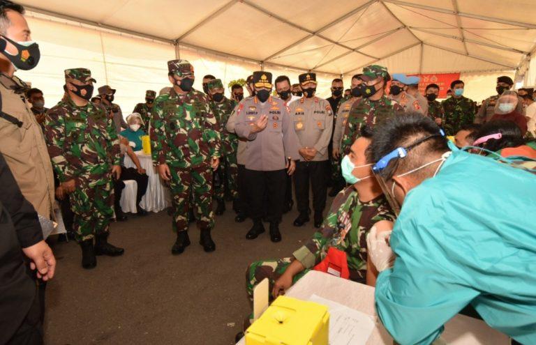 PANGLIMA TNI Marsekal TNI Hadi Tjahjanto SIP dan Kapolri Listyo Sigit Prabowo meninjau langsung 1000 prajurit TNI-Polri yang mengikuti vaksinasi COVID-19 di wilayah Kepulauan Riau (Kepri) yang digelar di Polda Kepri, Jumat (5/3/2021).