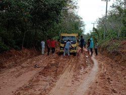 Lalui Medan Sulit, PLN Pasok Listrik Bagi 947 Pelanggan di Sungai Menang