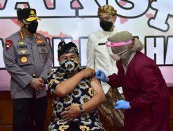 Bersama Wali Kota Solo, Kapolri Tinjau Vaksinasi Dosen dan Pemuka Lintas Agama