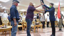 KETUA Pengurus Wilayah Ikatan Wartawan Online Sumatera Selatan (PW IWO Sumsel) Sonny Kushardian resmi menyerahkan bendera pataka kepada Ketua Pengurus Daerah (PD) Kabupaten Musi Banyuasin (Muba) Ryan Syahputra, masa bhakti tahun 2021 - 2026.