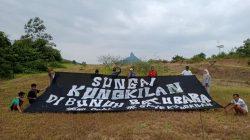 Warga Desa melakukan aksi protes terhadap perusahaan tambang