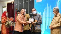 WALIKOTA Palembang H Harnojoyo, menerima penghargaan dari Bank Indonesia Perwakilan Sumatera Selatan atas peran aktif dalam percepatan dan perluasan digitalisasi daerah, Senin (5/4/2021).