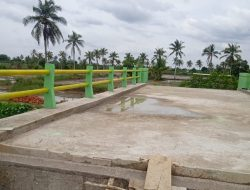 Pembatas Jembatan Penghubung 2 Wilayah Dicat Personel Kodim Palembang