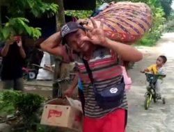 Prajurit Kodim 0418 Bantu Palembang Sopiah Pindahkan Barang