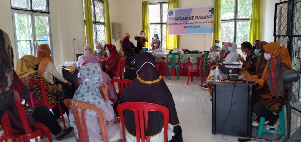 Puluhan Para Guru, Tenaga Pengajar Pendidikan dari tingkat SD, SMP mengikuti Vaksinasi COVID-19 di Puskesmas Kandis, Kecamatan Kandis, Kabupaten Ogan Ilir, Sumatera Selatan, Kamis (16/4/2021).