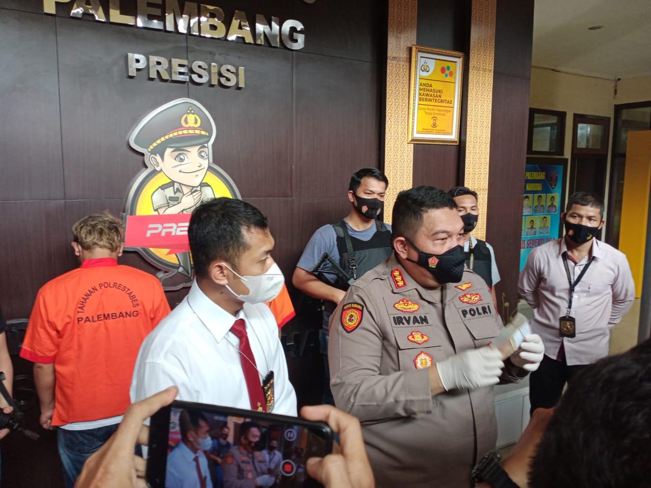 Kapolrestabes Palembang, Kombes Pol Irvan Prawira Satyaputra didampingi Kasat Narkoba, AKBP Andi Supriadi SH SIK