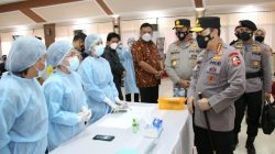 Kapolri Jenderal Polisi Listyo Sigit Prabowo meninjau vaksinasi massal COVID-19 di Mapolda Sulawesi Utara hari ini, Kamis, 1 April 2021.