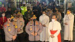 Kapolri Jendral Listyo Sigit meninjau pelaksanaan kegiatan ibadah rangkaian Paskah di Gereja Katedral, Jakarta. Sigit didampingi oleh pejabat Mabes dan Kapolda Metro Jaya Irjen Fadil Imran.
