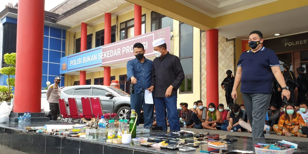 KEPOLISIAN Daerah Sumatera Selatan (Polda Sumsel) bersama Polrestabes Palembang dan Polairud berhasil membersihkan kampung yang diduga kuat sebagai tempat kegiatan narkoba yang berada di daerah Tangga Buntung, tepatnya di Jalan M Kadir, Kecamatan Ilir Barat (IB) II Palembang, sekitar pukul 09.15 WIB, Minggu (11/4/2021).