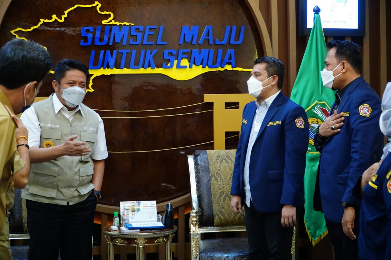Hari pertama puasa Ramadhan 1442 Hijriah, Gubernur Sumsel H Herman Deru mengisi kegiatannya dengan menerima audiensi pengurus Karang Taruna Provinsi Sumsel, di ruang tamunya, Selasa (13/4).