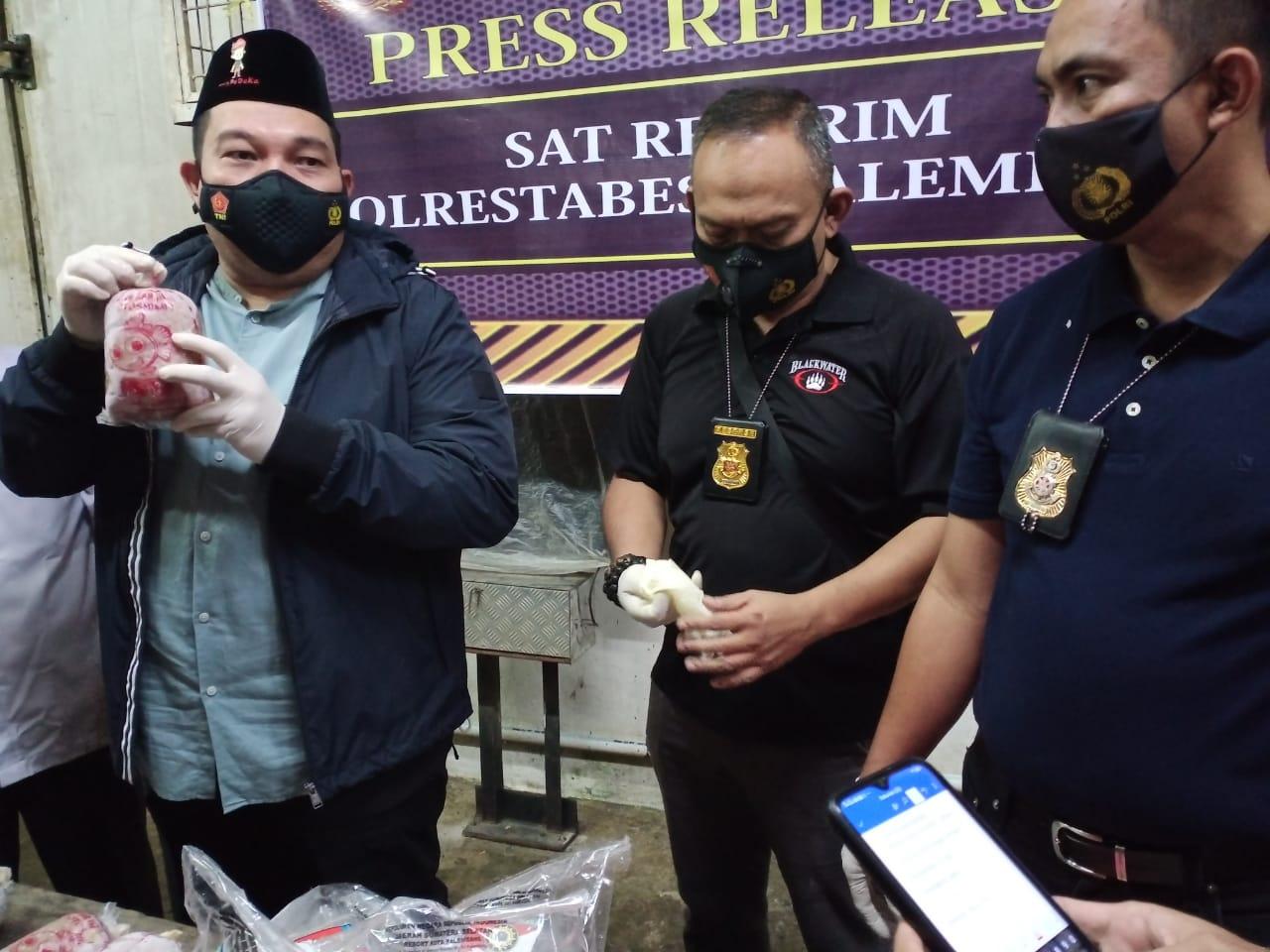 Kapolrestabes Palembang, Kombes Pol Irvan Prawira Satyaputra didampingi Kasat Reskrim, Kompol Tri Wahyudi dan Kanit Pidsus AKP Irwan