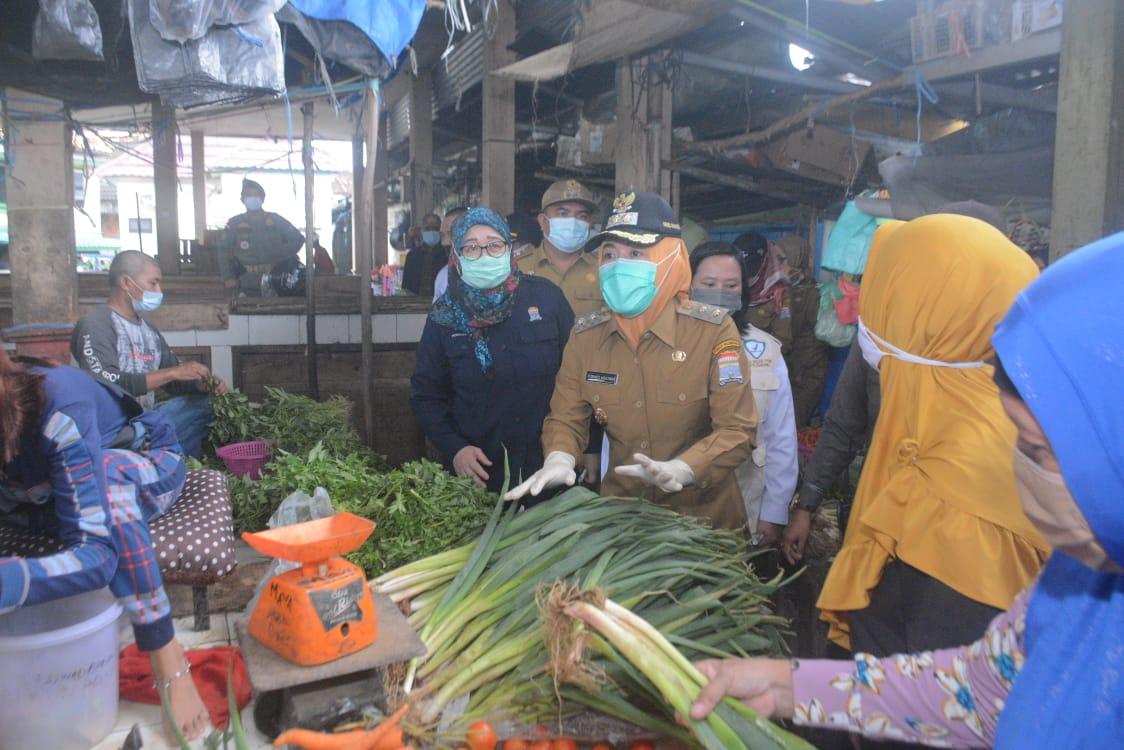 Wakil Walikota (Wawako) Palembang, Fitrianti Agustinda bersama Badan Pengawas Obat dan Makanan (BPOM) Kota Palembang kembali inspeksi mendadak (Sidak) di pasar 3-4 Ulu, Selasa (18/5/2021).