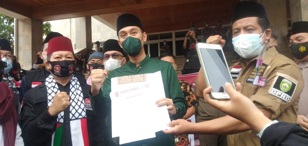 Wakil Ketua DPRD Sumsel, Muchendi menerima Pernyataan Sikap Bang Japar Komda Sumsel
