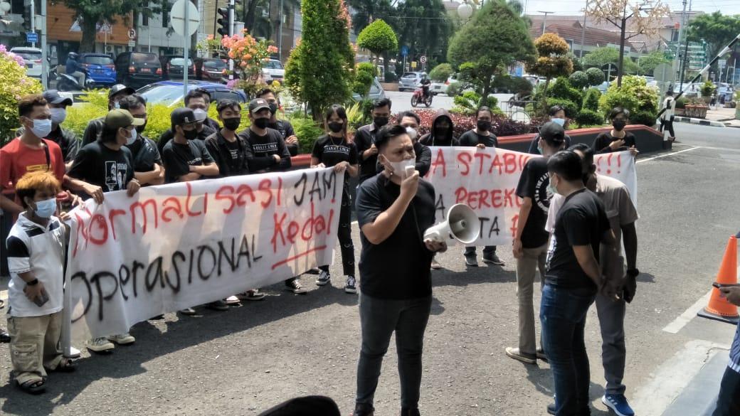 Terkait pemberlakuan jam operasional tempat usaha yang dinilai tak adil, mendapat protes keras dari Forum Kedai Palembang Bersatu (FKPB).