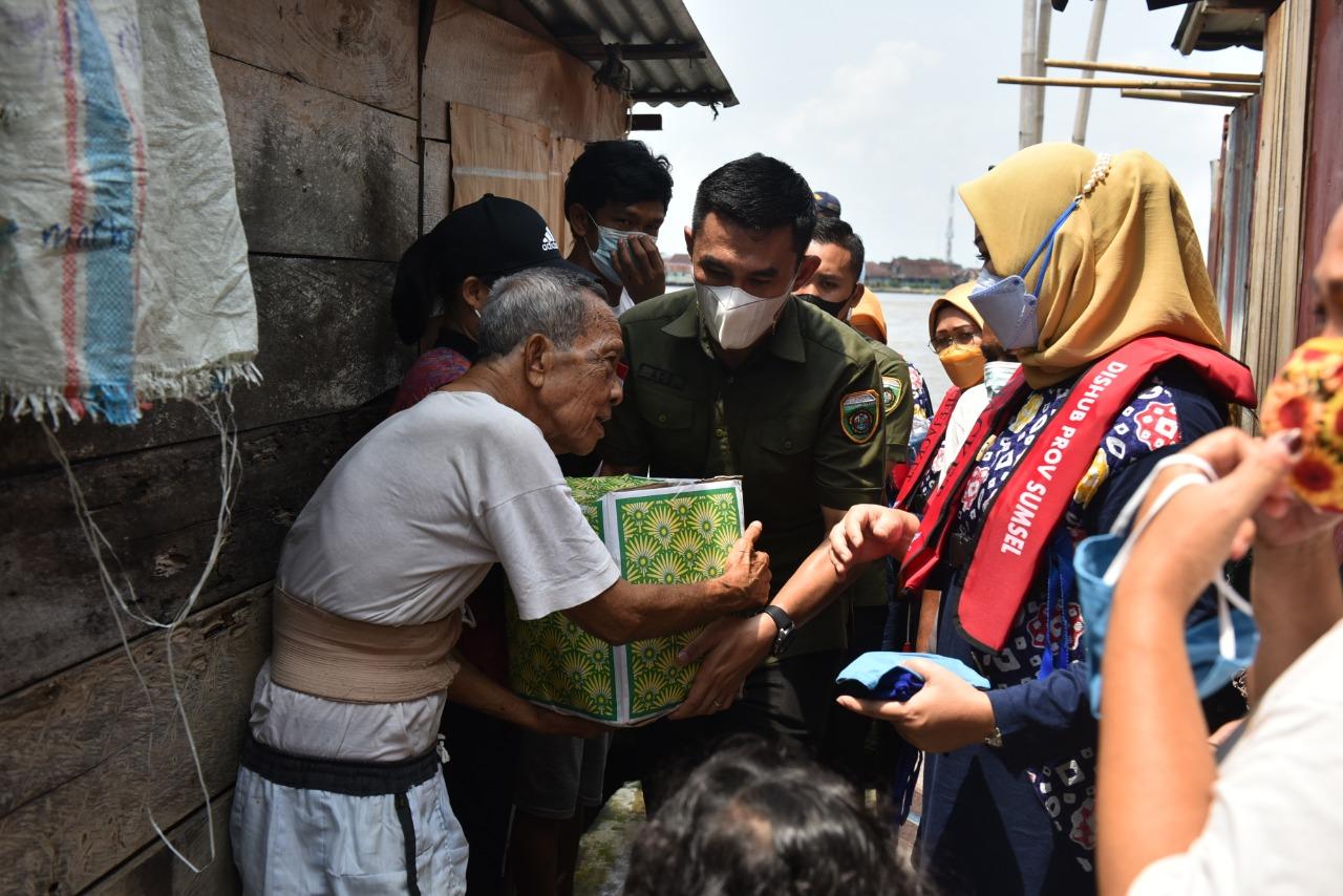 Feby Deru Bagikan Paket Sembako untuk Warga di Tepian Sungai Musi