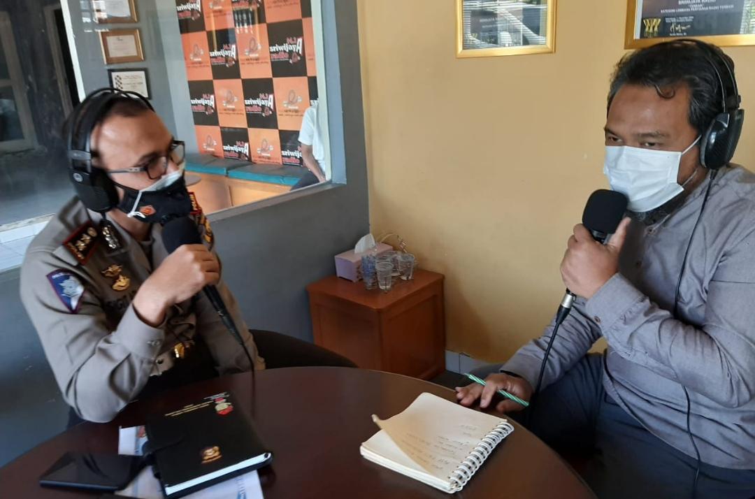 Wadir Lantas Polda Sumsel AKBP Sigit Adiwuryanto SIK MH Talk Show di radio Sriwijaya 94,3 FM, Jumat (7/05/2021).