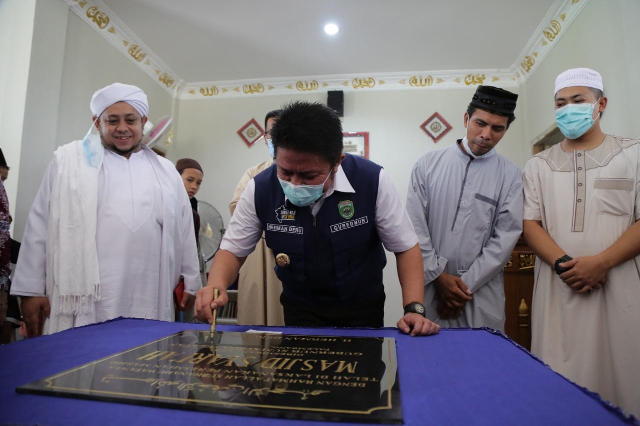 Gubernur Sumatera Selatan H Herman Deru kembali meresmikan pembangunan masjid Syariah yang berada di Perumahan Yansi Residence Kecamatan Sako Palembang, Jumat (7/5).