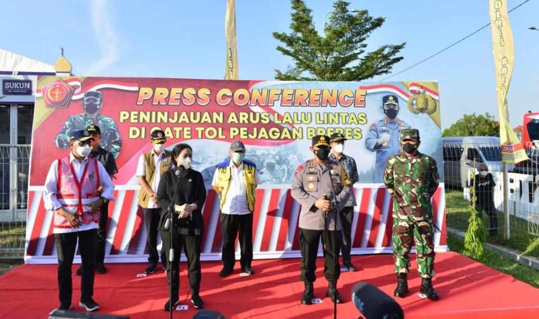 Kapolri Jenderal Polisi Listyo Sigit Prabowo melakukan peninjauan Operasi Ketupat 2021 di Pejagan, Brebes, Jawa Tengah, Minggu (9/5/2021).