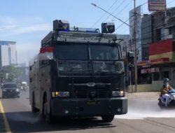Ditsamapta Polda Sumsel Semprotkan Disinfektan di Kawasan Palembang