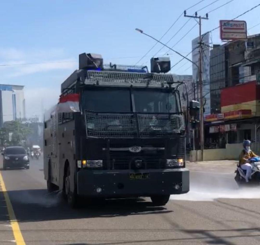 penyemprotan cairan Disinfektan pun dilakukan di seputaran wilayah Kota Palembang yang dikomandoi Dirsamapta Polda Sumsel Kombes Pol Djuwito Purnomo SIK bersama personelnya.