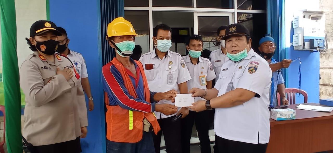 Jelang Idul Fitri 1442 H: Para Pekerja TKBM Pelabuhan Palembang Terima THR