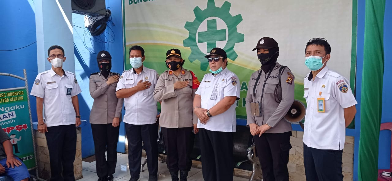 Hadir dalam kesempatan kegiatan Pembagian THR bagi Pekerja TKBM Pelabuhan Palembang, Ketua Koperasi Primer TKBM Pelabuhan Palembang M. Unif AS dan staf beserta karyawan, Kapolsek SSK Boombaru Palembang AKP Imelda dan Jajaran, Selasa (4/5/2021).