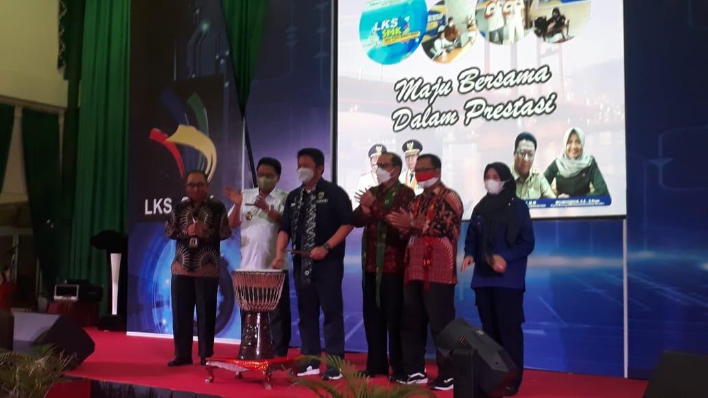 Ajang tahunan yang sangat ditunggu tunggu oleh seluruh siswa SMK yakni Ajang Lomba Kompetensi Siswa (LKS) tingkat SMK Provinsi Sumsel secara resmi digelar dengan tetap menerapkan protokol kesehatan yang ketat.