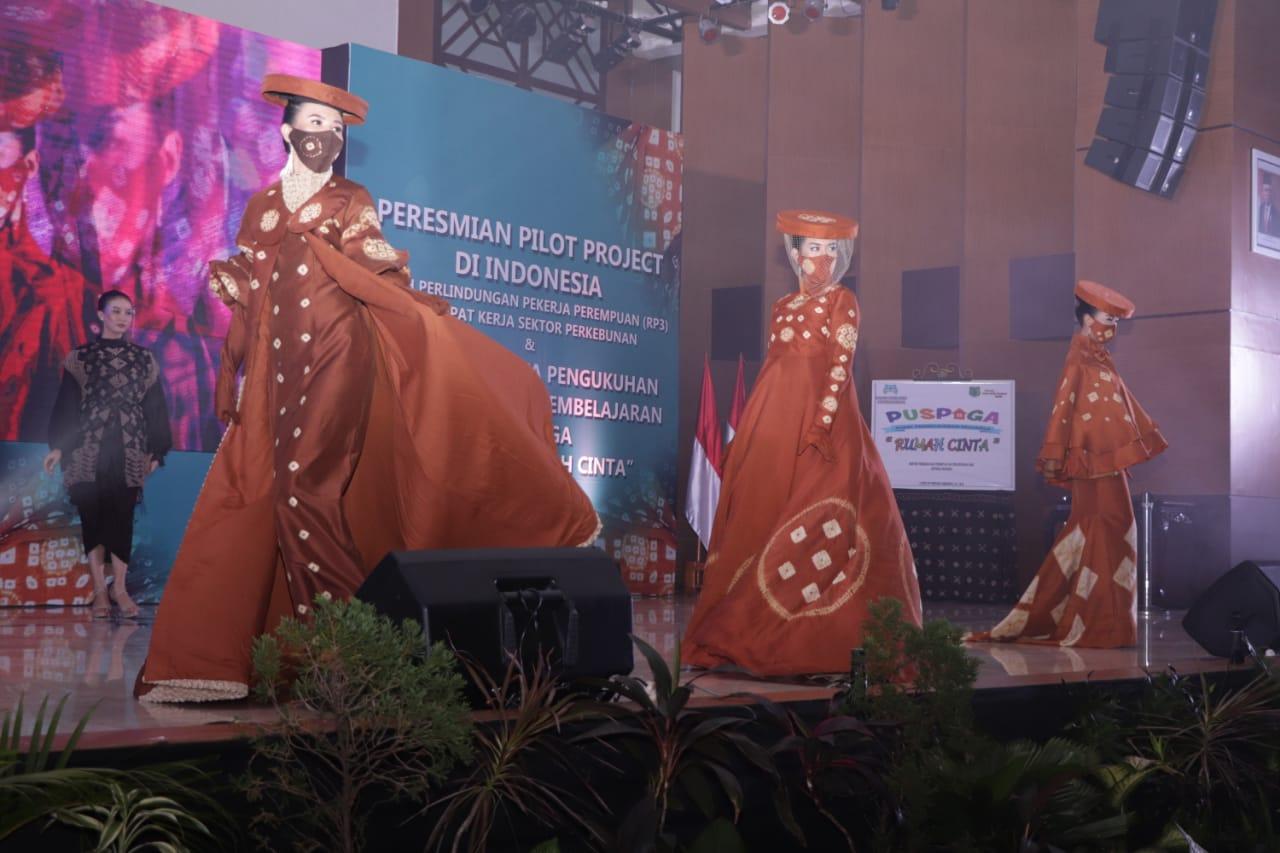 Lenggak-lenggok model catwalk sambil mengenakan busana Gambo Muba, Rabu (9/6/2021) di off room Pemkab Muba membuat mata Menteri Pemberdayaan Perempuan dan Perlindungan Anak (PPPA) Republik Indonesia, Bintang Puspayoga tak berkedip dan terpukau.