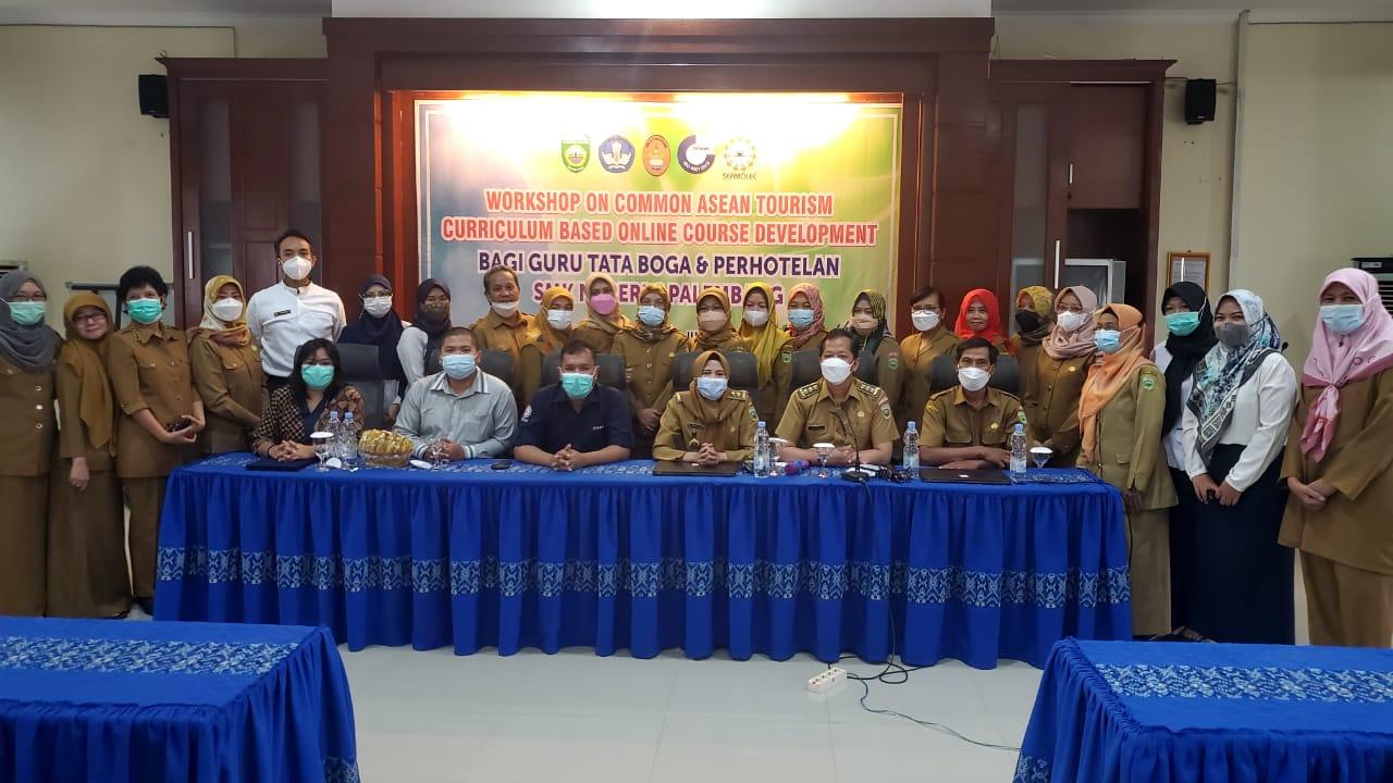 Sekolah terpilih dalam program Workshop on Common Asean Tourism Curriculum Based Online Course Development, yang diselenggarakan SEAMEO Regional Open Learning Center (SEAMOLEC) SMK Negeri 6 Palembang melaksanakan permodelan pembelajaran terbuka jarak jauh pada 2021 ini
