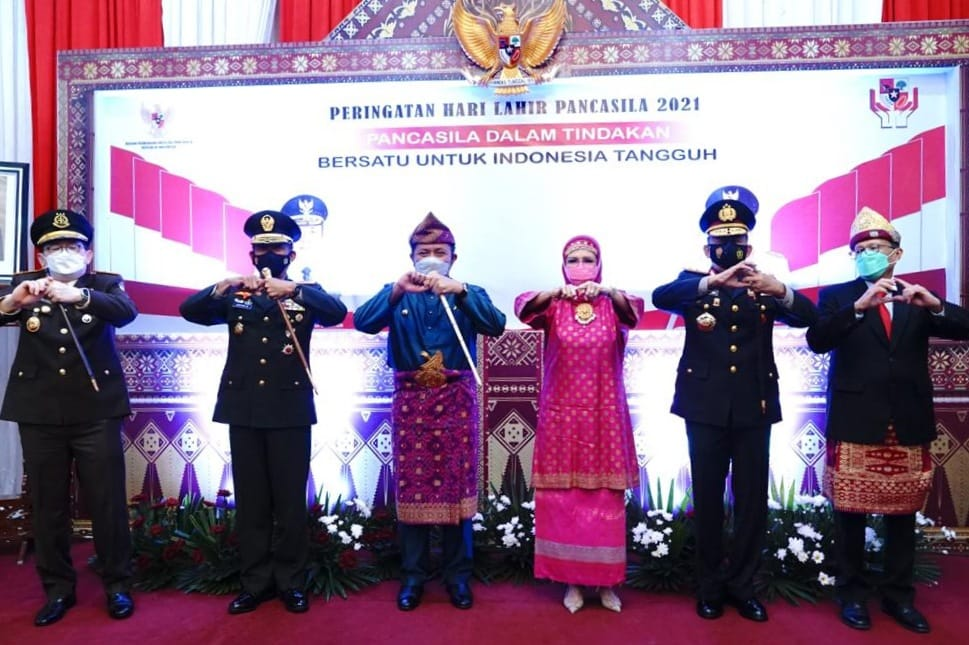 Gubernur Provinsi Sumatera Selatan (Sumsel), Herman Deru mengikuti peringatan hari lahir Pancasila tahun 2021 bersama Presiden RI, Joko Widodo secara virtual di Griya Agung Palembang, Selasa (1/6/21) pagi.