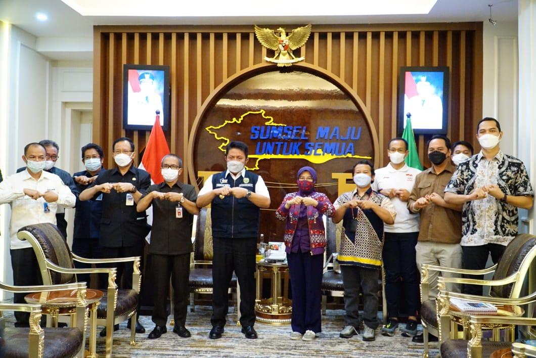 Gubernur Herman Deru saat menerima Tim dan Panitia Event Palembang Triatlhon 2021 dari Kementerian Pariwisata dan Kreatif/Badan Pariwisata dan Ekonomi Kreatif RI di Ruang Tamu Gubernur Sumsel, Kamis (17/6).