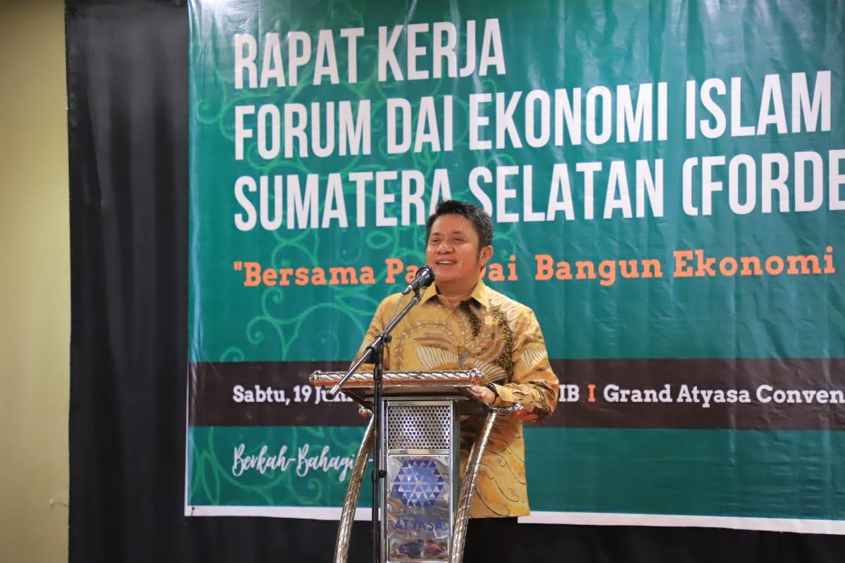 Gubernur Sumatera Selatan (Sumsel) H Herman Deru saat sambutan pada pelantikan pengurus Forum Da'i Ekonomi Islam Sumsel (Fordeiss), bertempat di Grand Atyasa Convention Center, Sabtu (19/6) siang.