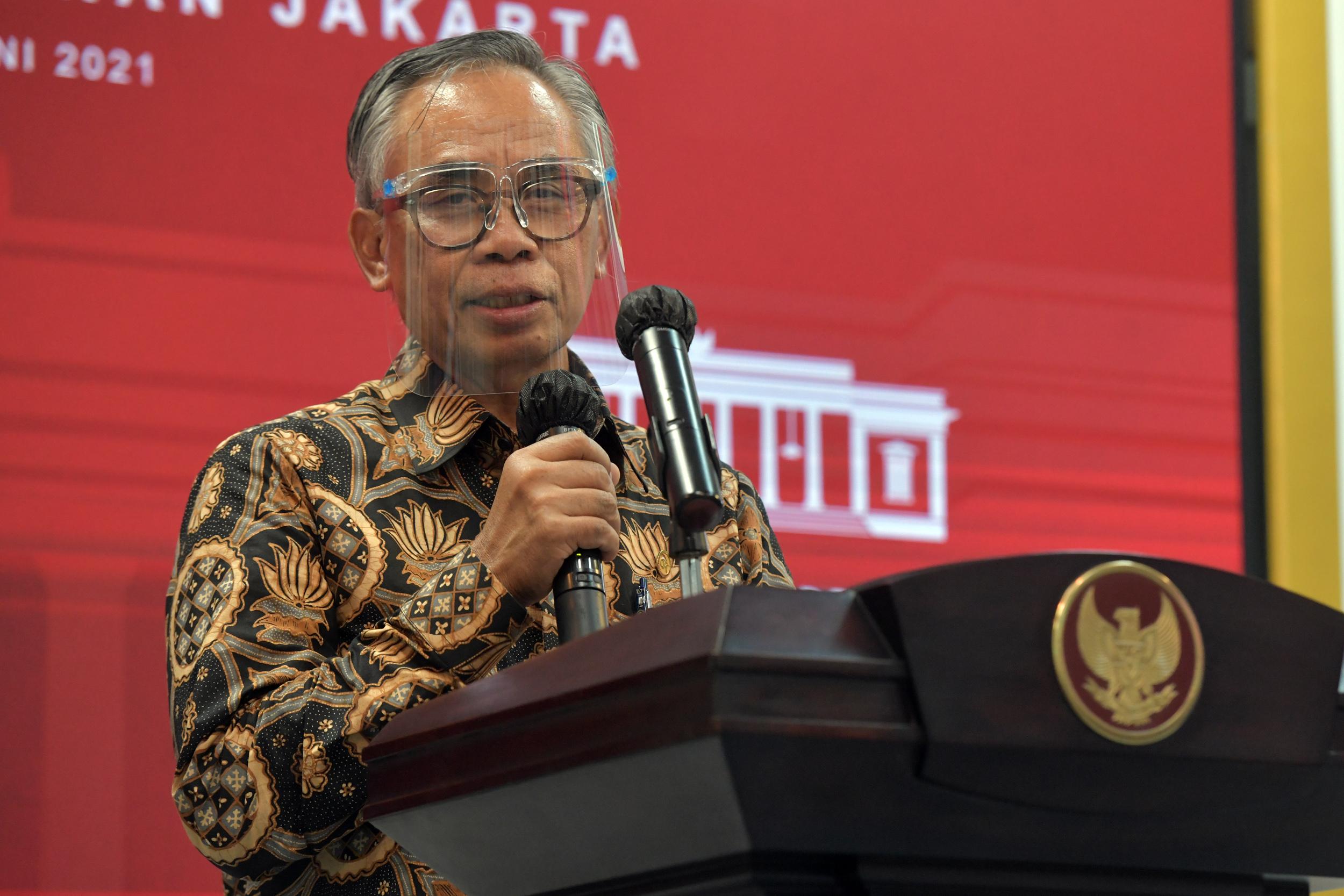 Ketua Dewan Komisioner OJK Wimboh Santoso saat memberikan keterangan pers usai Rapat Terbatas mengenai Hilirisasi Ekonomi Digital, Kamis (10/06) sore, di Jakarta