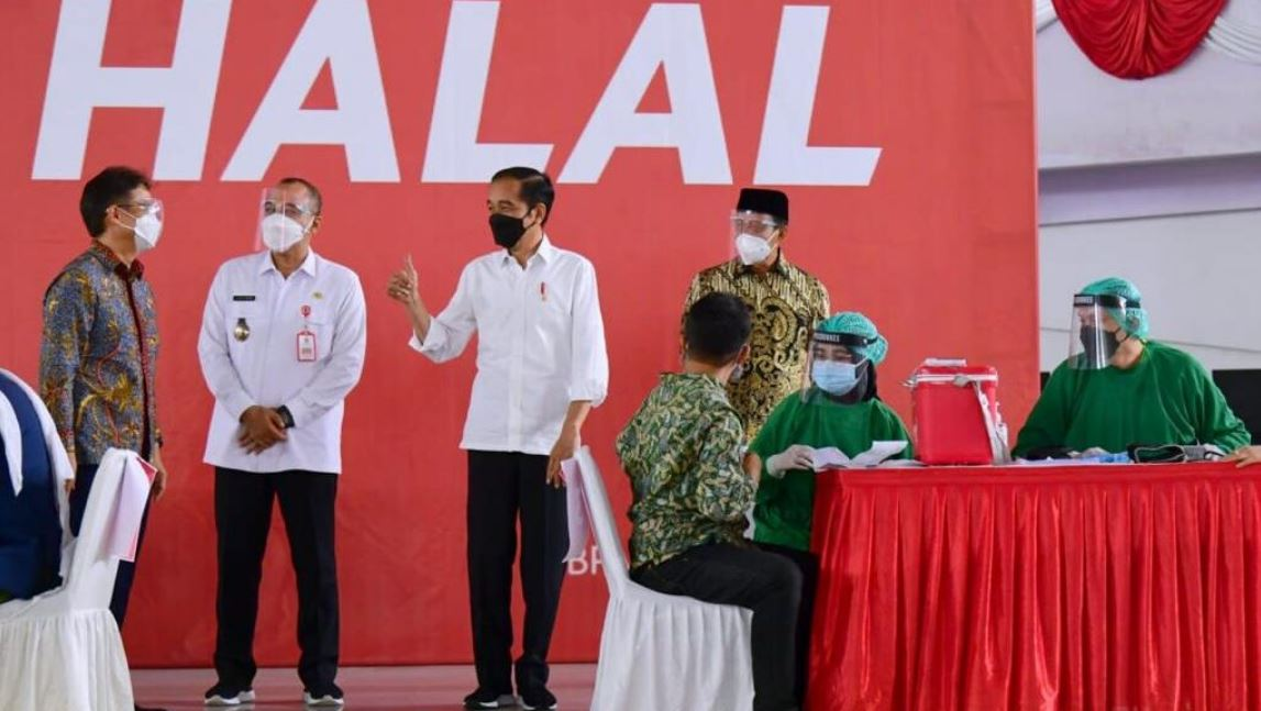 Presiden Jokowi saat meninjau pelaksanaan vaksinasi massal di Indoor Stadium, Sport Center Kelapa Dua, Kabupaten Tangerang, Banten, Rabu (09/06)