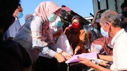 Wakil Wali Kota Palembang, Fitrianti Agustinda mengunjungi rumah reyot milik warga Jalan Aiptu Wahab Lorong Sawah Kelurahan Tuan Kentang Kecamatan Jakabaring, Komarudin (77)