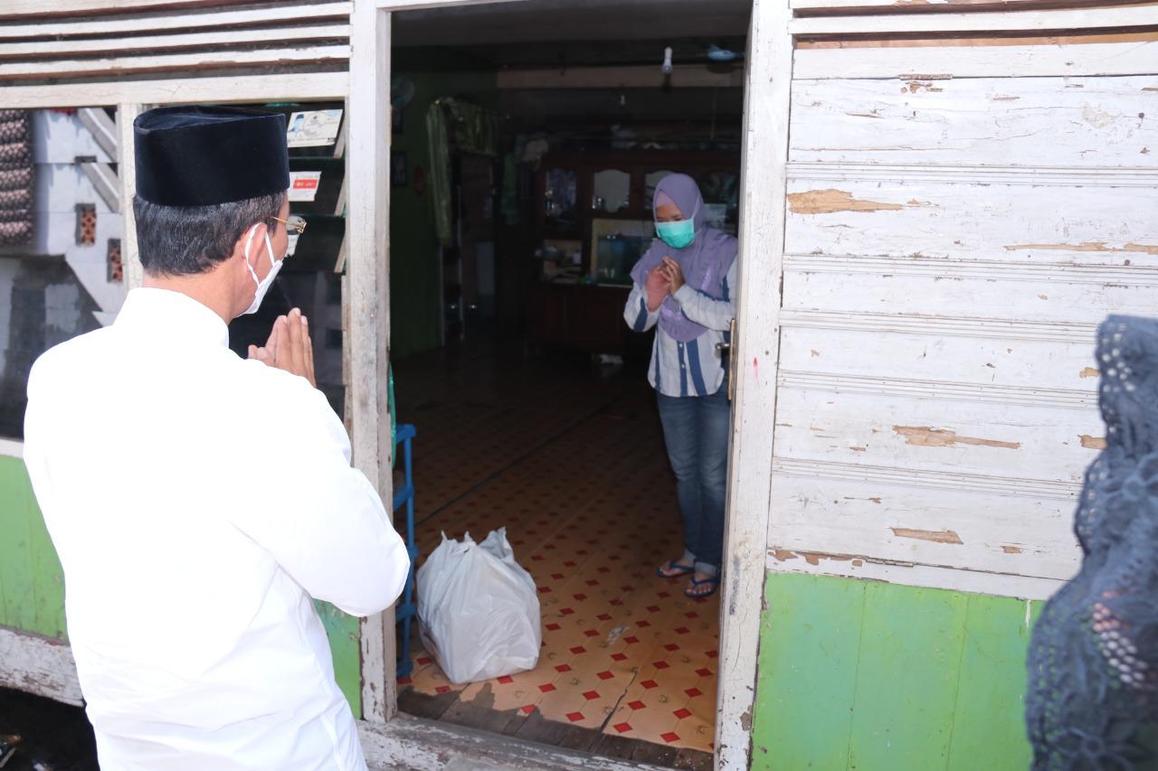 Walikota Palembang H Harnojoyo terjun langsung menyambangi dan memberikan bantuan berupa paket sembako ke pada keluarga Ibu Mega di Keluarahan 30 Ilir Palembang
