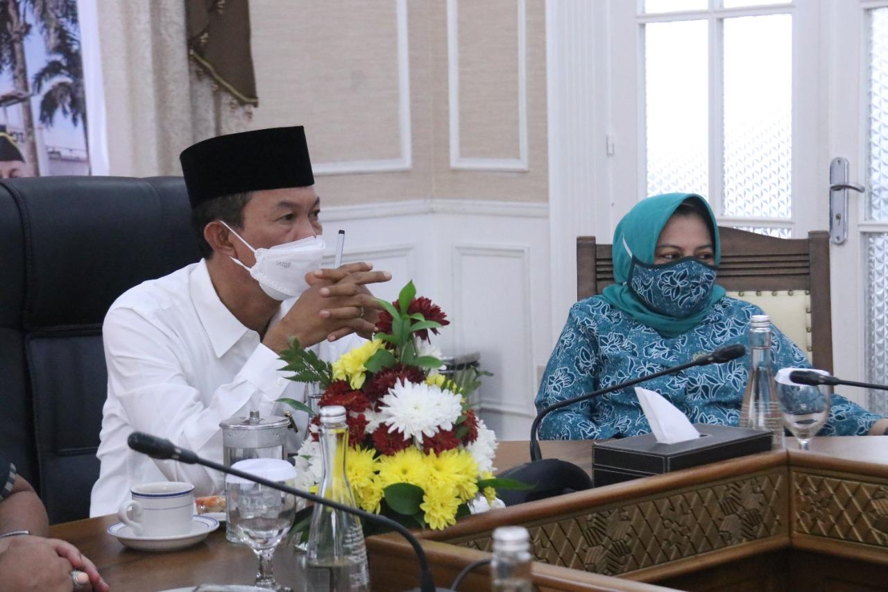 Walikota Palembang H Harnojoyo didampingi Ibu Walikota menerima Penghargaan Kota Layak Anak dari Kementerian PPPA melalu virtual Zoom, Kamis (29/7)