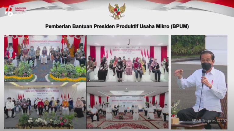 Presiden Jokowi menyerahkan BPUM Tahun 2021 secara simbolis kepada 20 perwakilan penerima, di Halaman Depan Istana Merdeka, Jakarta, Jumat (30/7)