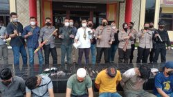 Anggota Kepolisian dari Satuan Reserse Narkoba Polrestabes Palembang bersama Satuan Brimob Polda Sumsel kembali menggerebek kampung narkoba di kawasan Tangga Buntung, tepatnya di Jalan Kadir TKR, Lorong Jambu, Kelurahan 36 Ilir, Kecamatan Gandus Palembang.