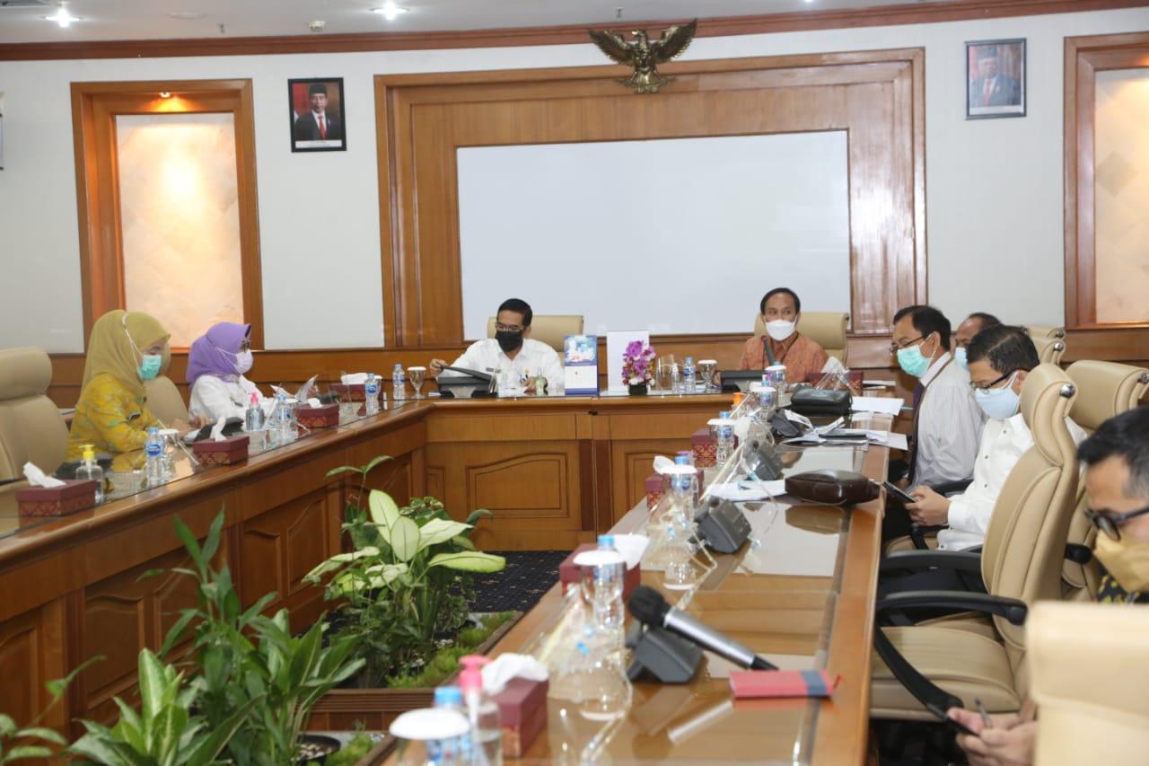 Plh Sekda Sumsel, Akhmad Najib menghadiri Focus Group Discussion (FGD) Monitoring Implementasi QRIS di Wilayah Sumsel yang berlangsung di ruang rapat Kantor Perwakilan BI Sumsel Jalan Jend. Sudirman Palembang, Rabu (14/7/21).