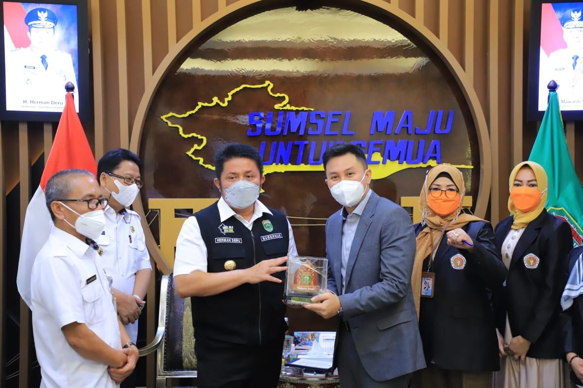 Gubernur Sumatra Selatan (Sumsel) H Herman Deru menerima audiensi Ketua Sekolah Tinggi Ilmu Hukum Sumpah Pemuda (STIHPADA) Palembang, Dr H Firman Freaddy Busroh bertempat di ruang tamu gubernur, Rabu (21/7).
