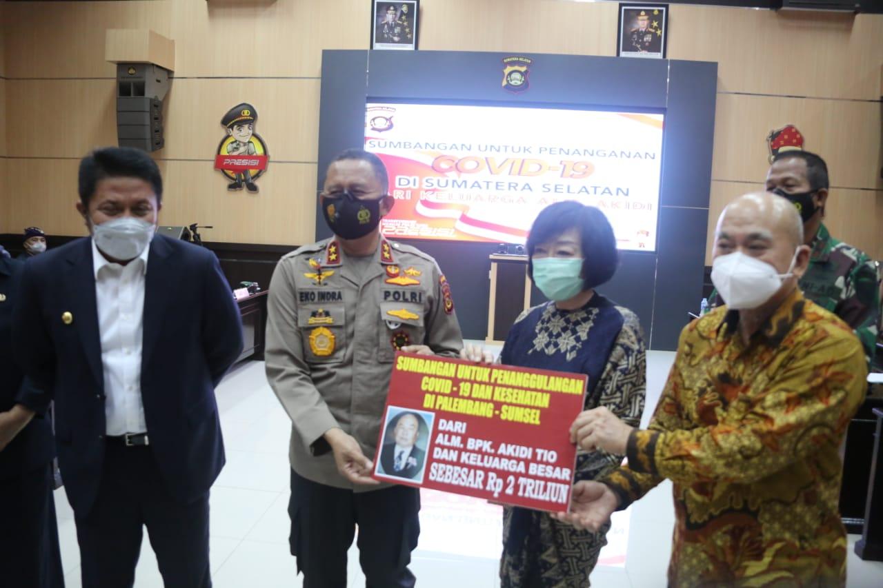 Gubernur Sumsel, H Herman Deru dan Kapolda Sumsel, Irjen Pol Eko Indra Heri saat menerima bantuan dari keluarga Almarhum Akidi Tio di Polda Sumsel, Senin (26/7)