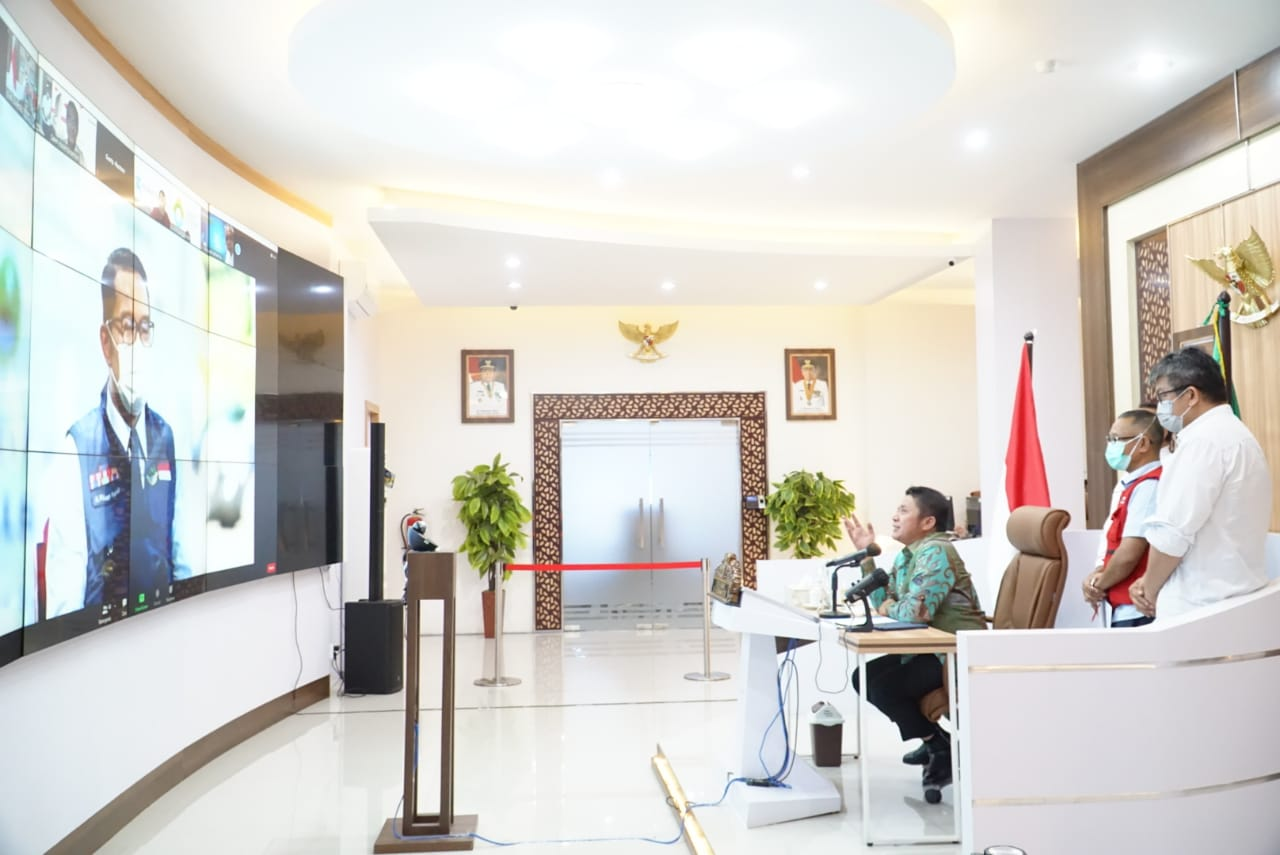 Gubernur Sumsel H Herman Deru saat menghadiri acara Apresiasi Donasi Oksigen untuk warga Jawa Barat secara virtual di Command Center Kantor Gubernur, Rabu (28/7).